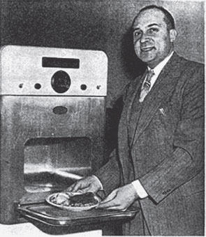 Житель штата Массачусетс Перси Спенсер запатентовал микроволновую печь